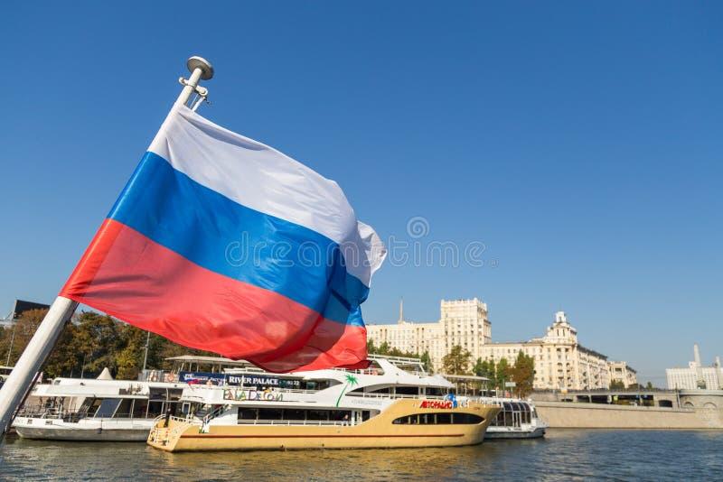 Drapeau russe sur la rivière de Moscou à l'arrière-plan, Russie images stock