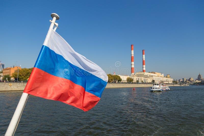 Drapeau russe sur la rivière de Moscou à l'arrière-plan, Russie photo libre de droits