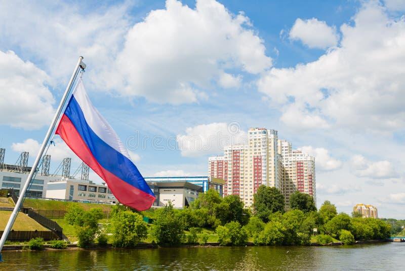 Drapeau russe sur le fond des banlieues de Moscou image libre de droits
