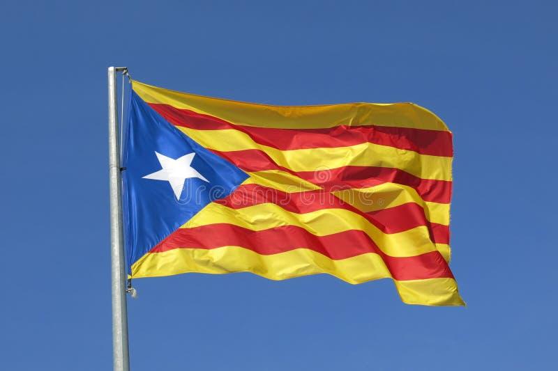 Drapeau séparatiste de l'indépendance catalanne de drapeau ondulant en ciel bleu photo stock