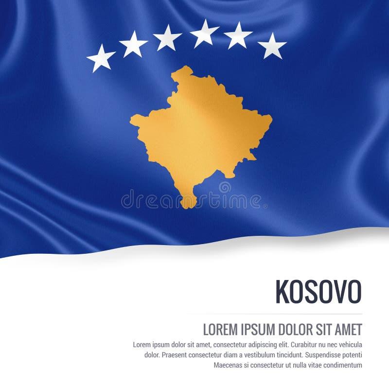 Drapeau soyeux de Kosovo ondulant sur un fond blanc d'isolement avec le secteur blanc des textes pour votre message d'annonce illustration libre de droits