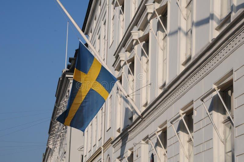 DRAPEAU SUÉDOIS À LA DEMI AMBASSADE DE MAST_SWEDISH photo libre de droits