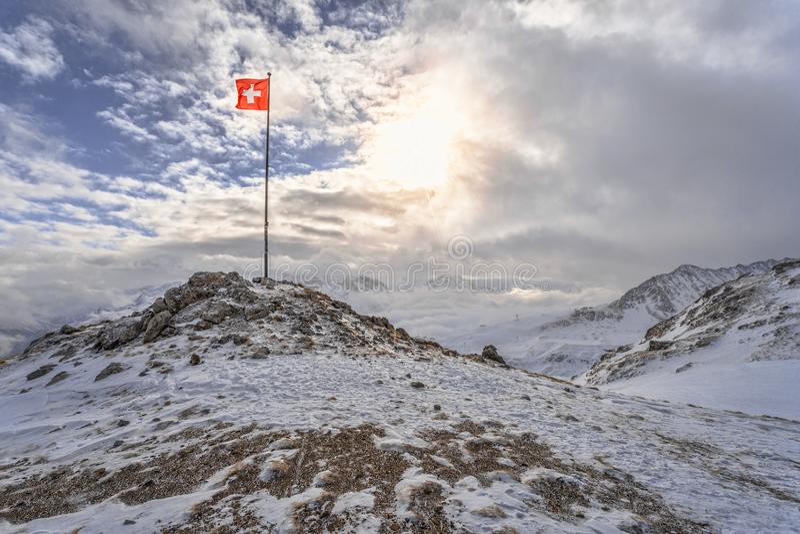 Drapeau suisse à la neige photo libre de droits