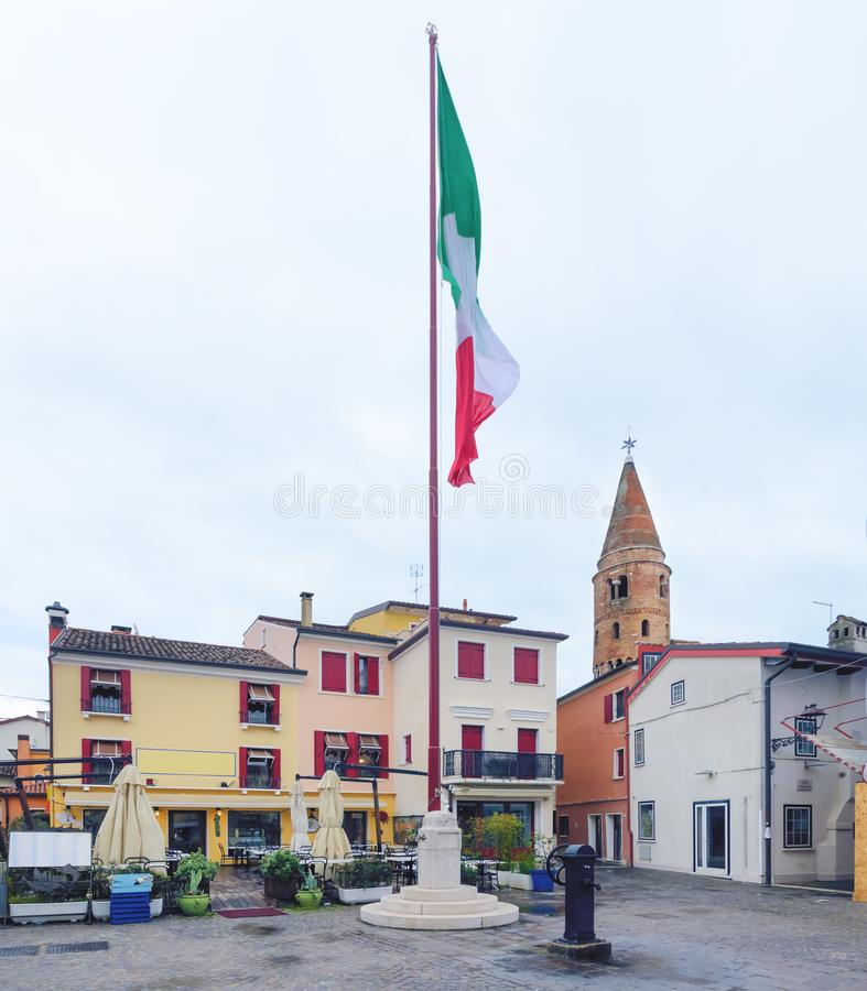 Drapeau sur la place au centre de Caorle photos libres de droits