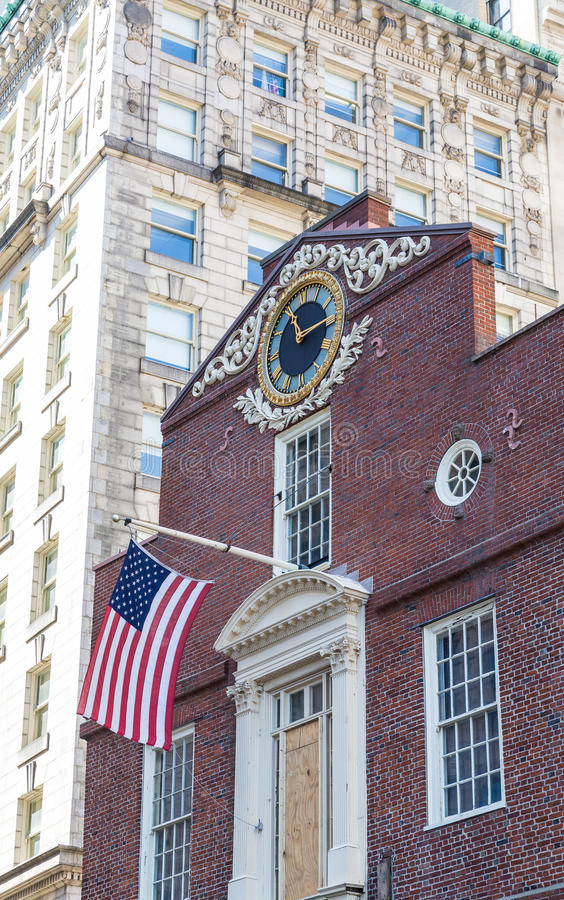 Drapeau sur la vieille Chambre d'état à Boston avec l'horloge photo stock