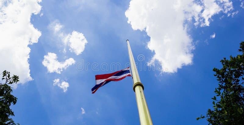 Drapeau thaïlandais à l'air et au ciel photos stock