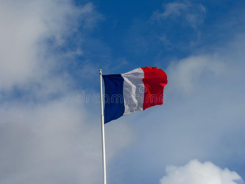 Drapeau tricolore de textile de tissu du vol de la France dans le fort vent photo libre de droits