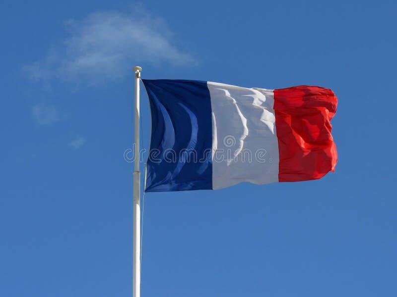 Drapeau tricolore de tissu français du battement de la France dans le vent avec la copie avec le fond de ciel bleu photos stock