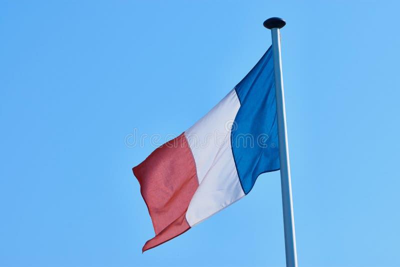 Drapeau tricolore français contre le ciel bleu photos libres de droits