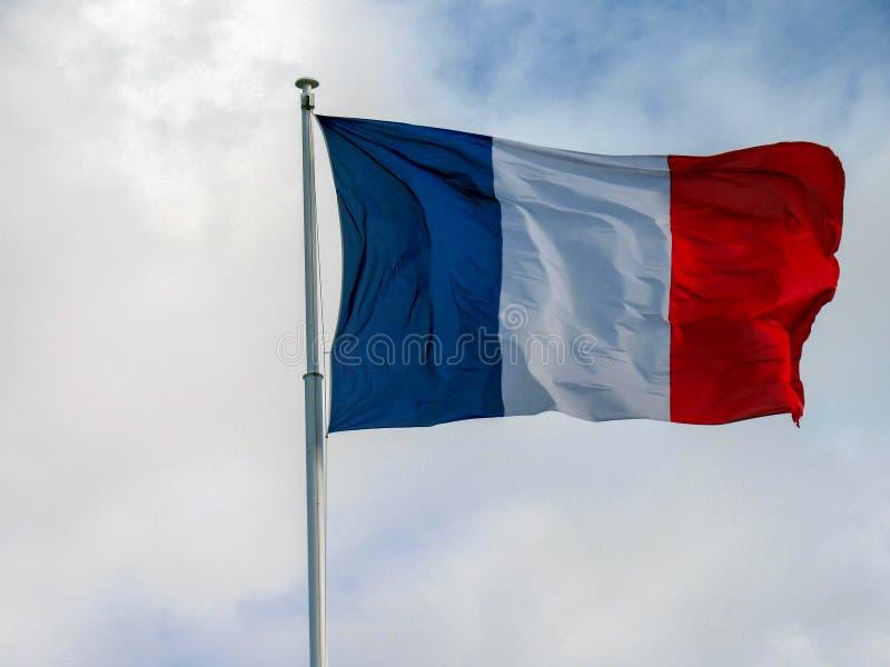 Drapeau tricolore français très gentil de tissu ondulant dans le vent photos libres de droits