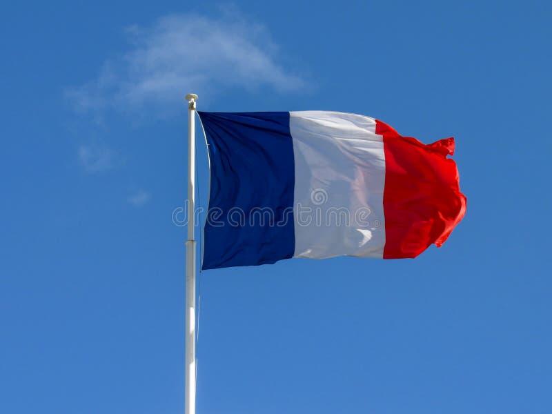 Drapeau tricolore profond et de portée de couleurs de tissu de la France ondulant dans le vent image stock