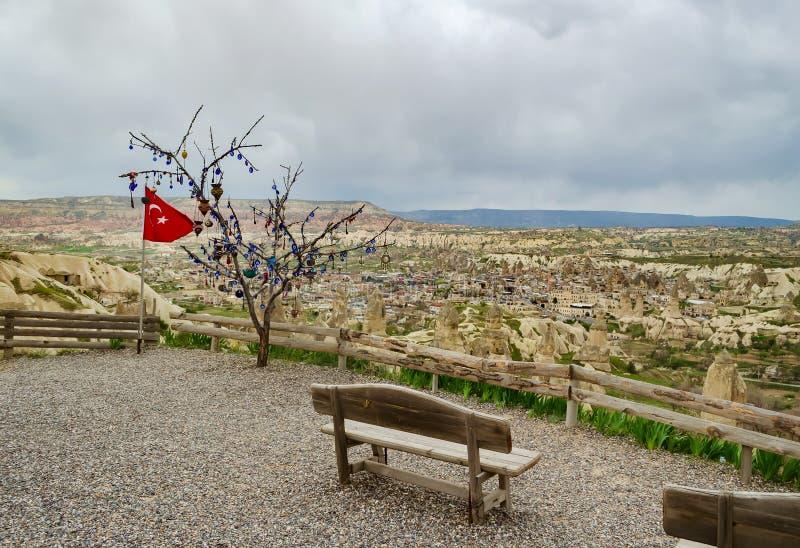 Drapeau turc à côté de l'arbre de souhait sur une plate-forme de visionnement avec le banc dans Nevsehir, Cappadocia images stock