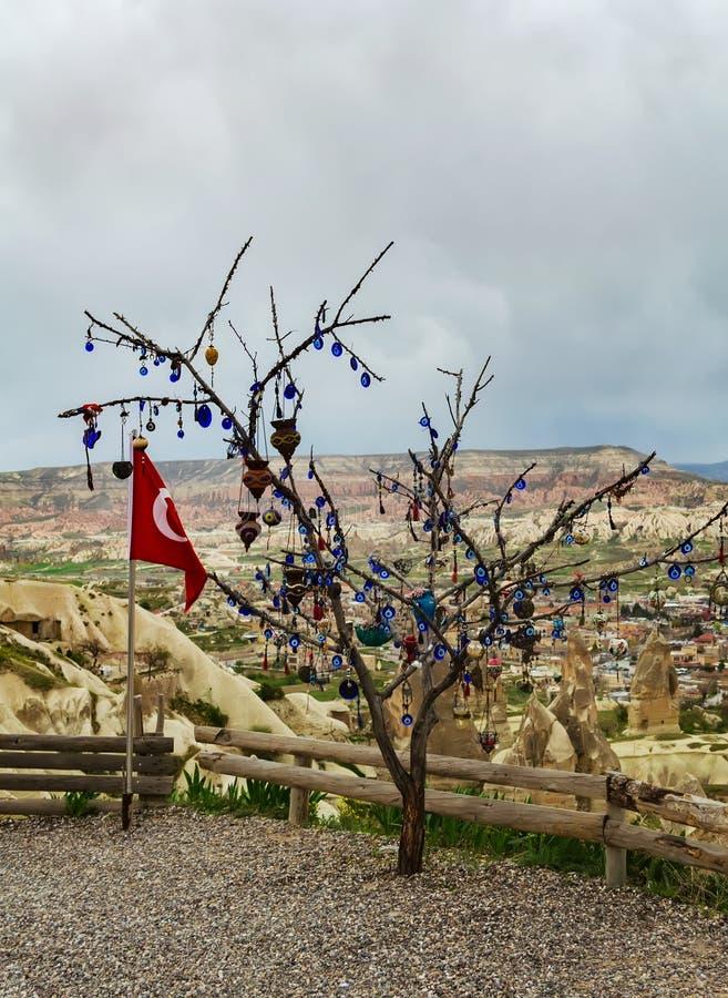 Drapeau turc à côté de l'arbre de souhait sur une plate-forme de visionnement dans Nevsehir, Cappadocia photo libre de droits