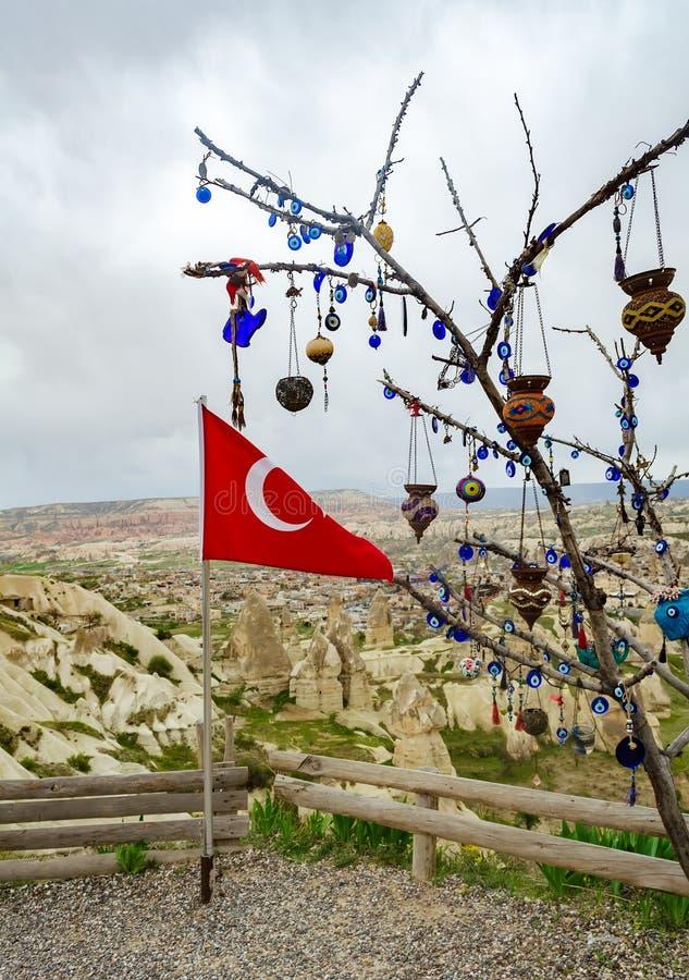 Drapeau turc à côté de l'arbre de souhait sur une plate-forme de visionnement dans Nevsehir, Cappadocia photographie stock