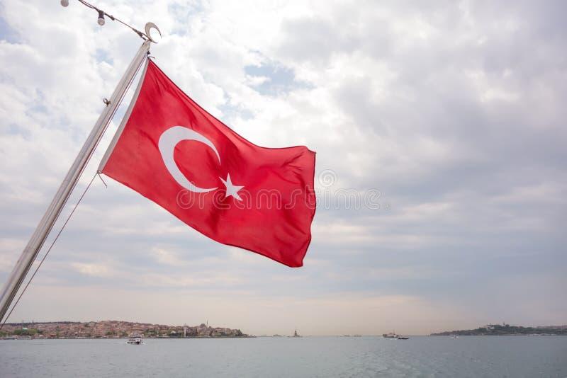 Drapeau turc dans le détroit du Bosphore images stock