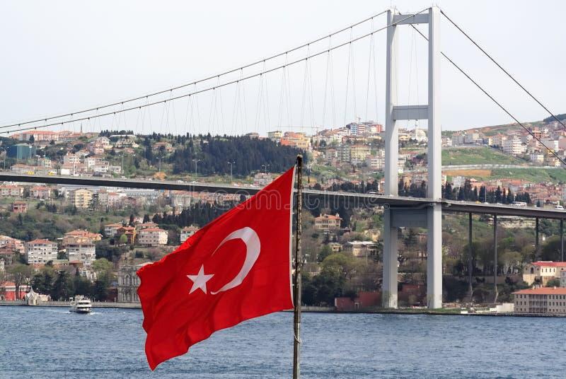 Drapeau turc et le pont de Bosphorus image stock