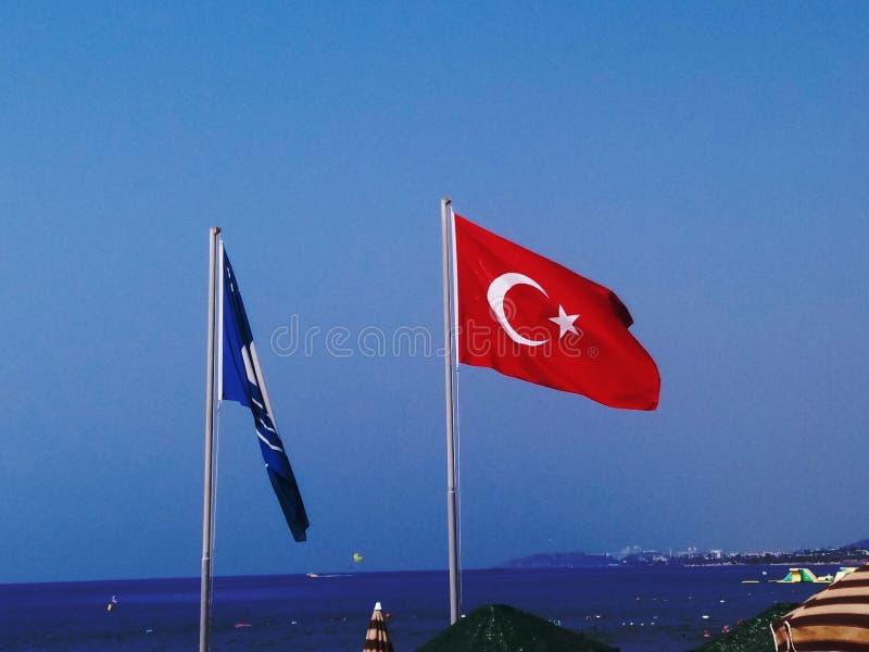 Drapeau turc sur la plage photographie stock
