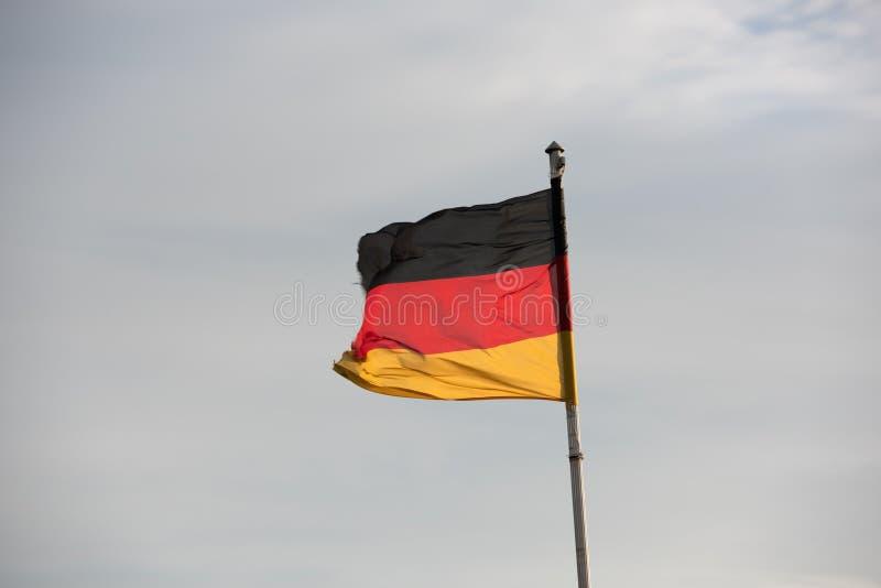 Drapeaux allemands devant le ciel photographie stock libre de droits