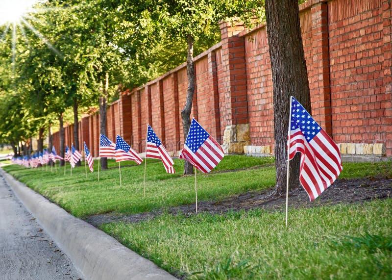 Drapeaux américains du côté de rue photographie stock