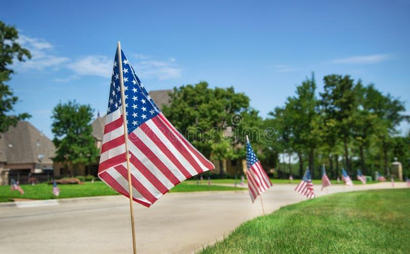 Drapeaux américains montrés en l'honneur du le 4ème juillet photos libres de droits