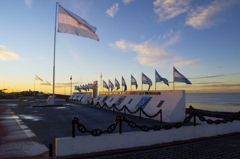 Drapeaux argentins, monument de Malouines dans la ville de Rio Grande image stock