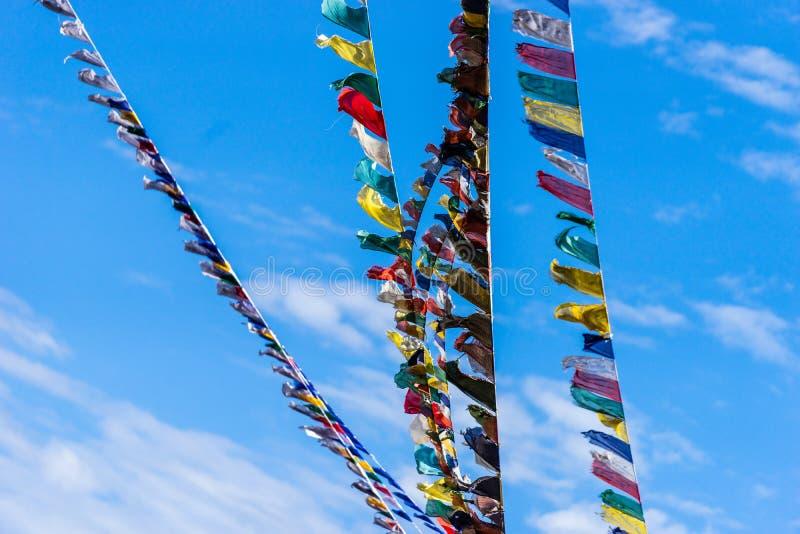 Drapeaux bouddhistes tibétains de prière de Leh Ladakh avec le ciel bleu en été photos stock