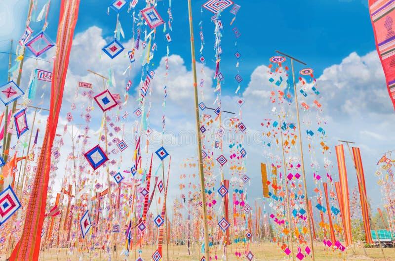 Drapeaux colorés avec le nuage de fond de ciel bleu La tradition du mérite en Thaïlande, propriété publique photographie stock libre de droits