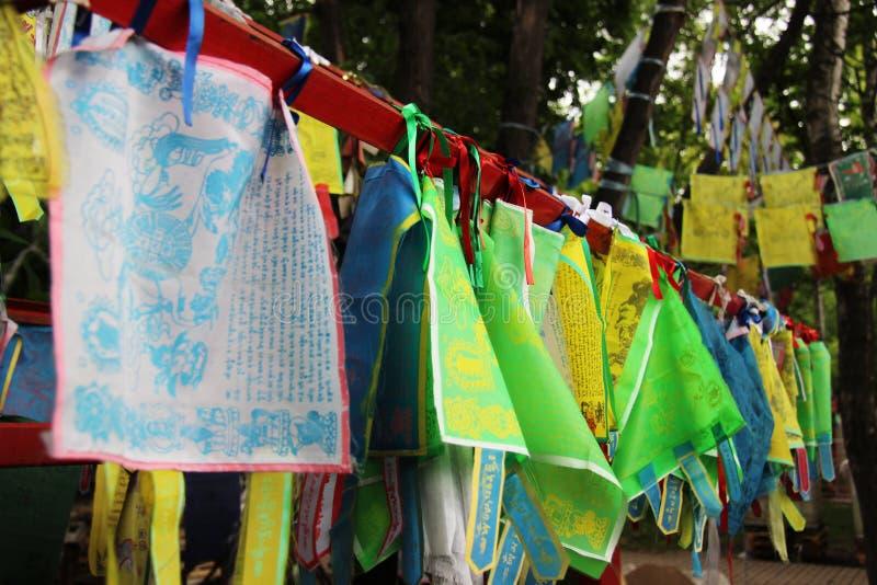 Drapeaux colorés bouddhistes image libre de droits