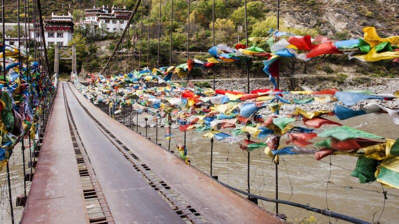 Drapeaux colorés de prière dans les montagnes du pont image libre de droits