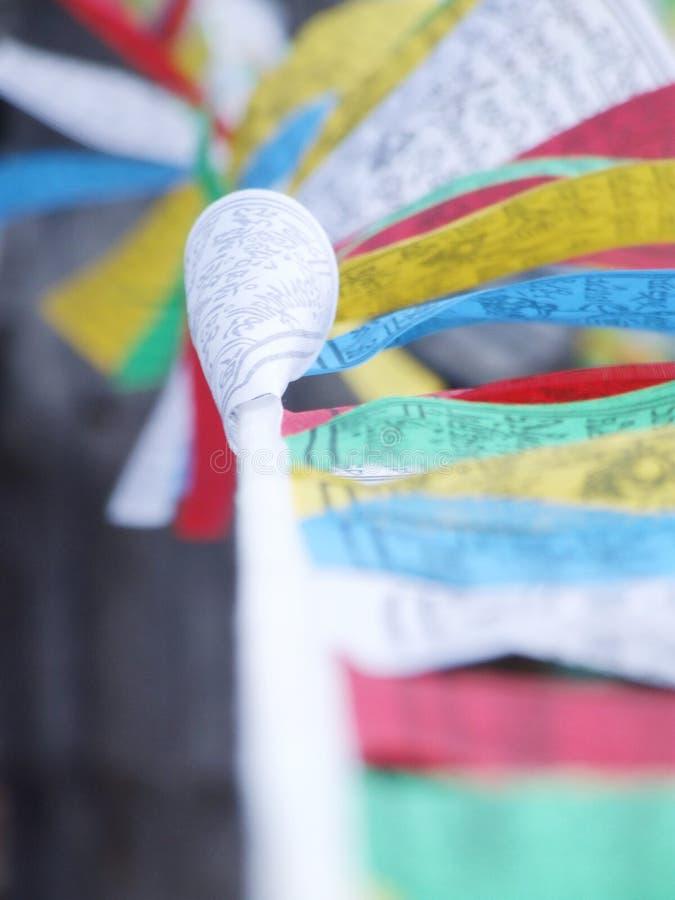 Drapeaux colorés de prière de bouddhisme tibétain images libres de droits