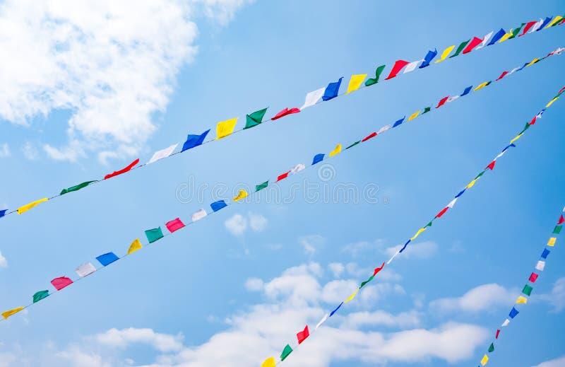 Drapeaux colorés de prière sur le fond de ciel bleu, Népal images libres de droits