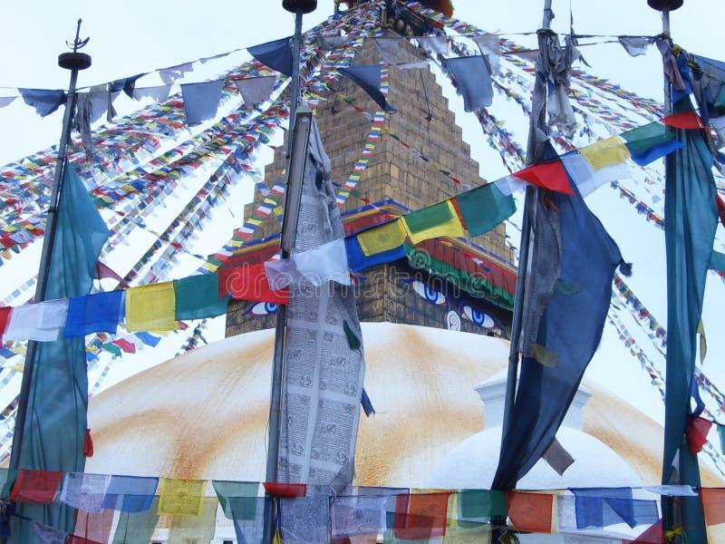Drapeaux colorés du plus grand stupa bouddhiste de Katmandou, le stupa de Boudhanath images stock