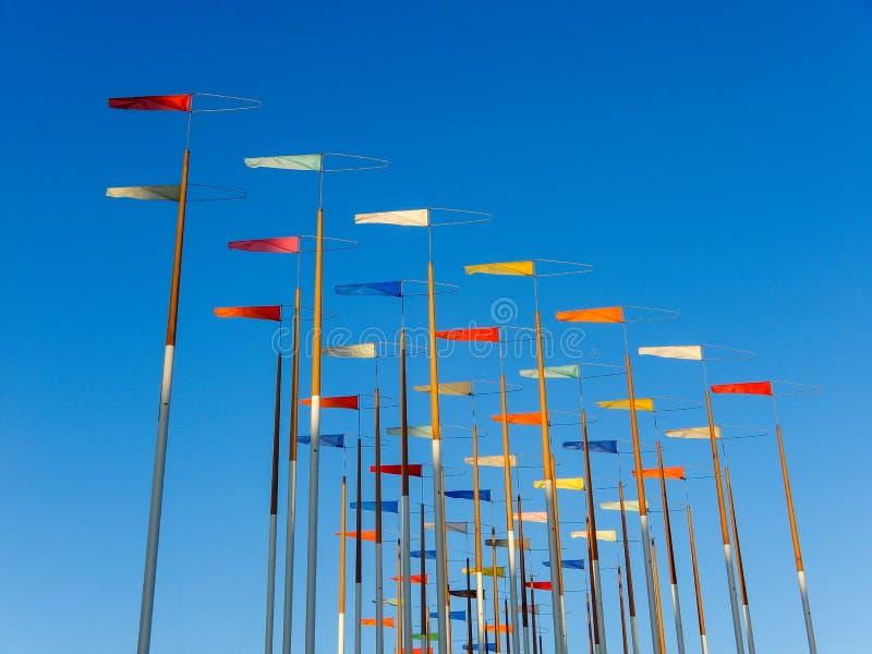 Drapeaux colorés sur un fond de ciel bleu images stock