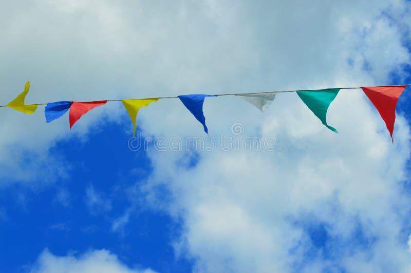 Drapeaux colorés volant dans le ciel photo libre de droits