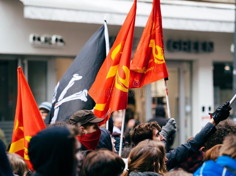 Drapeaux communistes en tant que ficelle française de gouvernement de macron de protestation du Re photographie stock