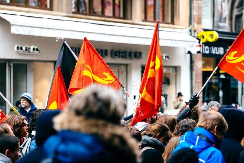 Drapeaux communistes en tant que ficelle française de gouvernement de macron de protestation du Re photo stock
