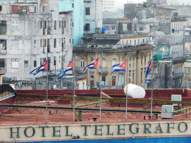 DRAPEAUX CUBAINS SUR L'HÔTEL TELEGRAFO, LA HAVANE, CUBA image libre de droits