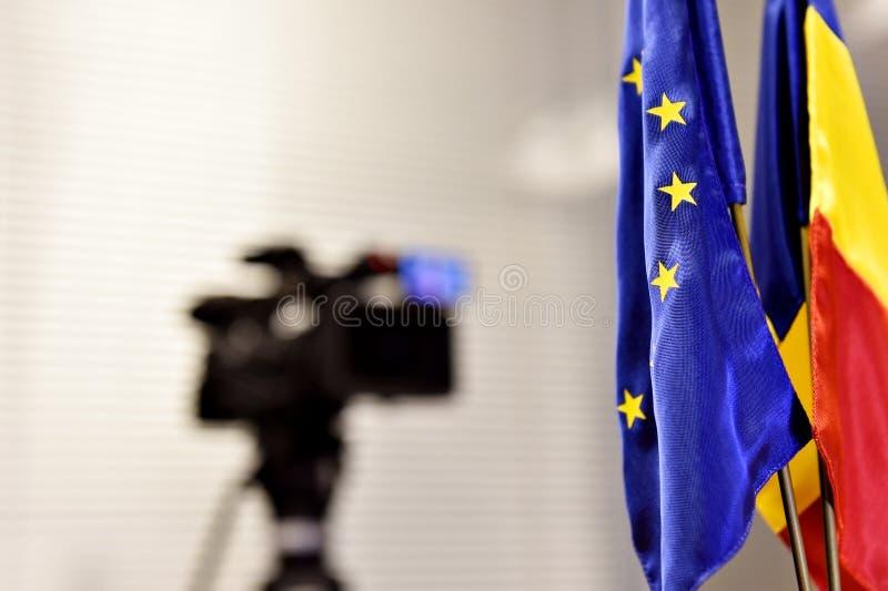 Drapeaux d'UE et de la Roumanie pendant la conférence de presse photos stock