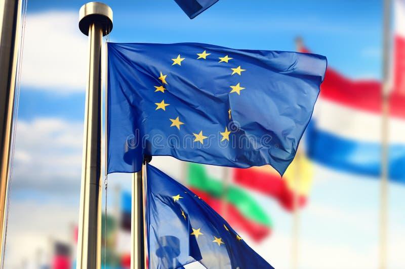 Drapeaux d'UE ondulant au-dessus du ciel bleu Bruxelles, Belgique photographie stock libre de droits