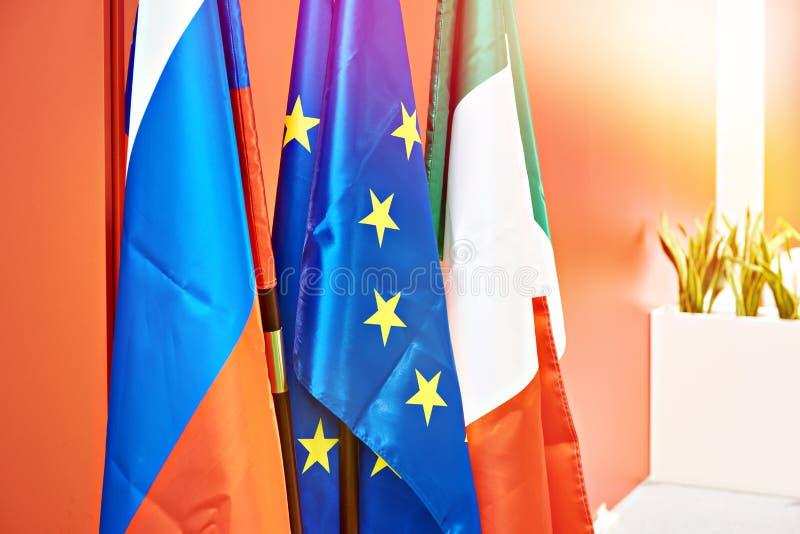 Drapeaux d'Union européenne, de la Russie et de l'Italie photos stock