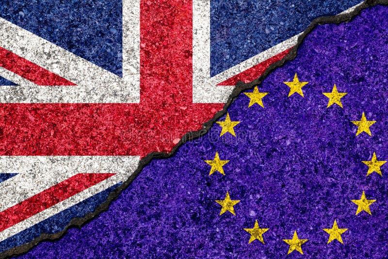 Drapeaux d'Union européenne et grand de Britan peints sur le mur criqué illustration stock