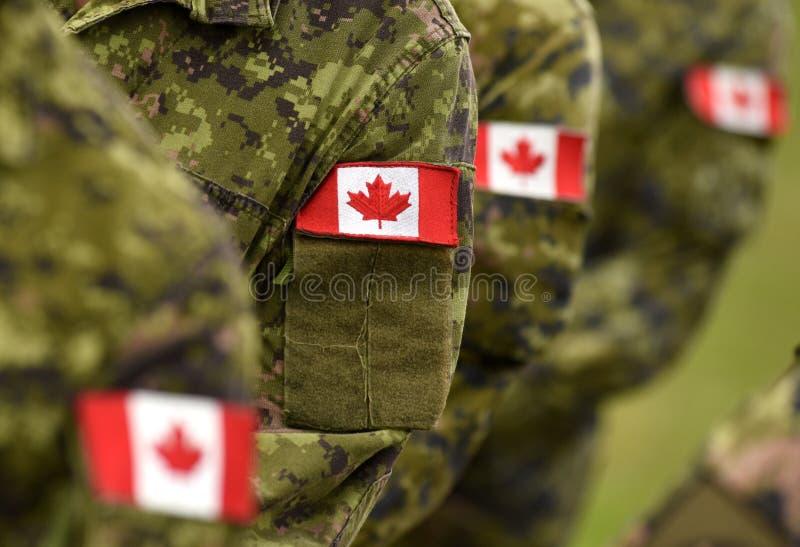Drapeaux de correction de Canada sur le bras de soldats Troupes canadiennes photographie stock libre de droits