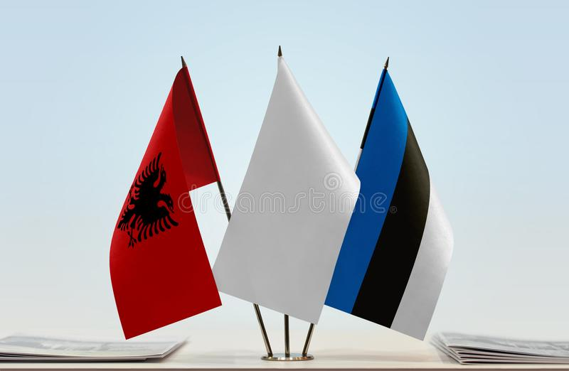 Drapeaux de l'Albanie et de l'Estonie image stock