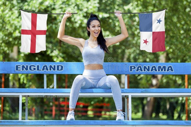 Drapeaux de l'Angleterre et du Panama tenu par la belle fille photo libre de droits