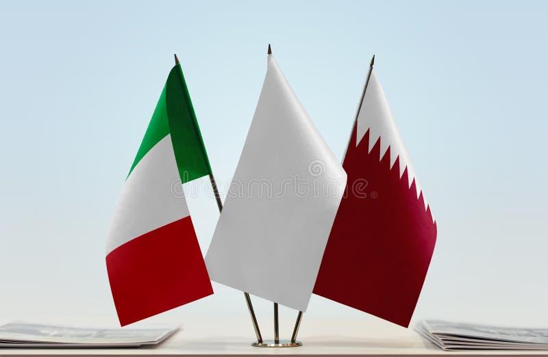 Drapeaux de l'Italie et du Qatar photographie stock