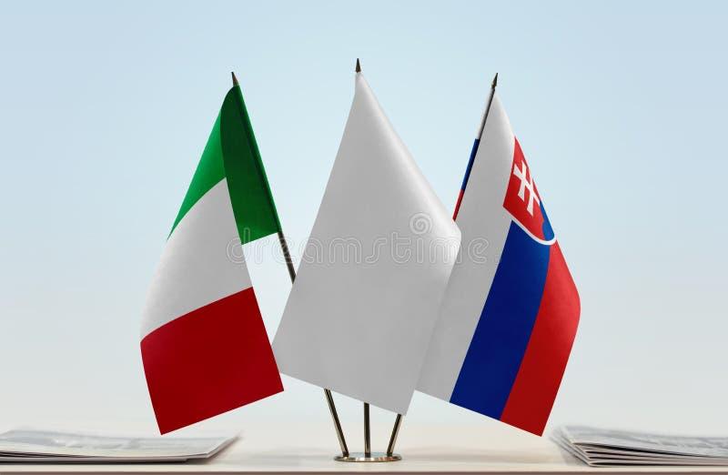 Drapeaux de l'Italie et de la Slovaquie photos stock