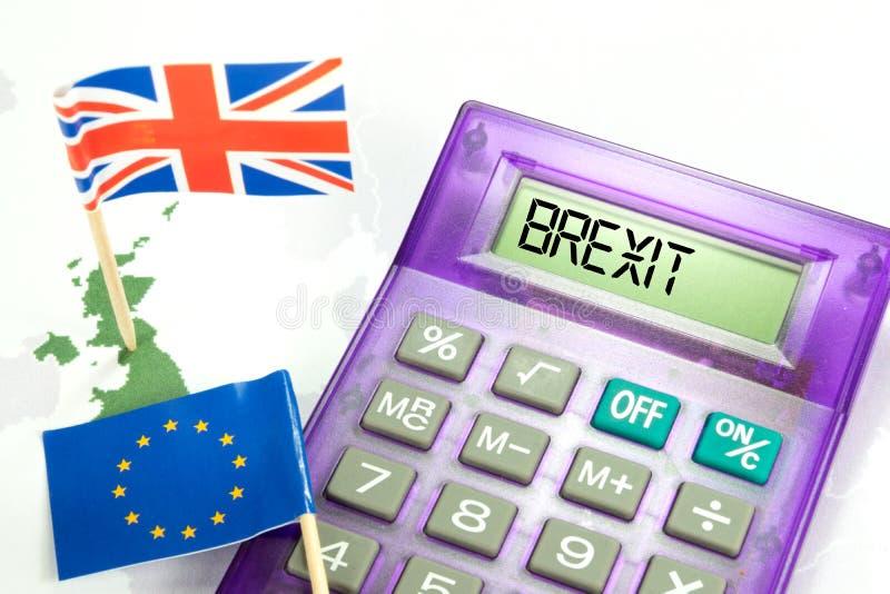 Drapeaux de l'UE et de la Grande-Bretagne et une calculatrice avec le mot Brexit images libres de droits