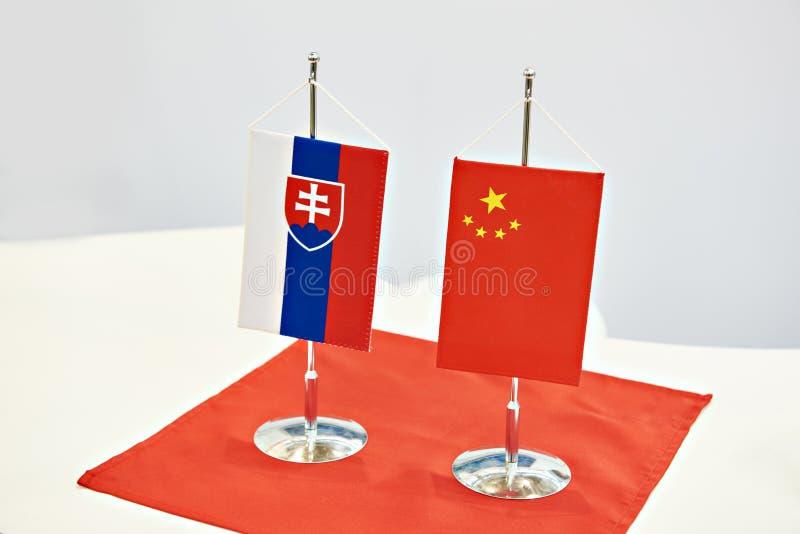Drapeaux de la Slovaquie et de la Chine sur la table photos stock