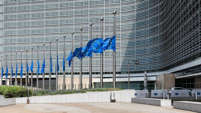 Drapeaux de mi-mât devant l'immeuble de bureaux de Berlaymont photographie stock libre de droits