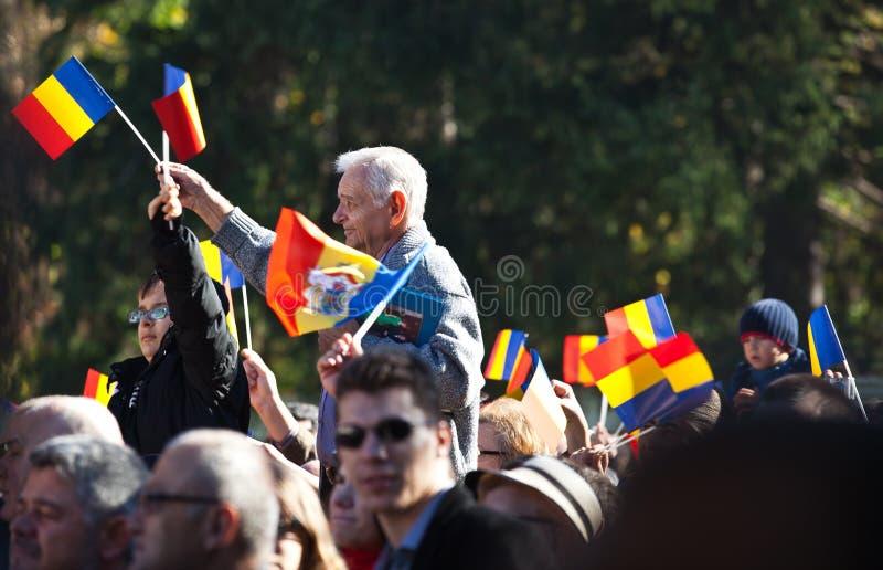 Drapeaux de ondulation de foule roumaine images libres de droits